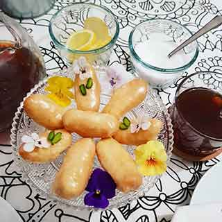 Mini eclairs with pansies